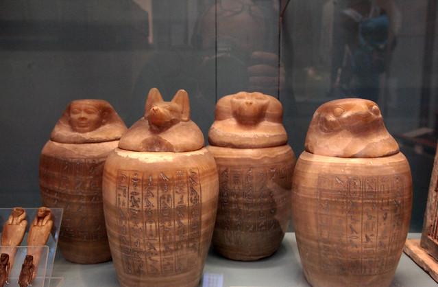 I vasi canopi, cioé i vasi funebri che contenevano gli organi estratti durante il processo di imbalsamazione, facevano parte del corredo funebre.