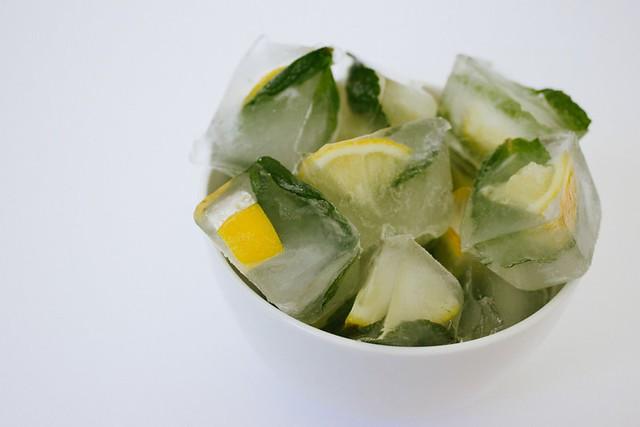 Glaçons de citron et menthe