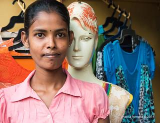 Jaffna. Dependienta de tienda de ropa. Salesperson.