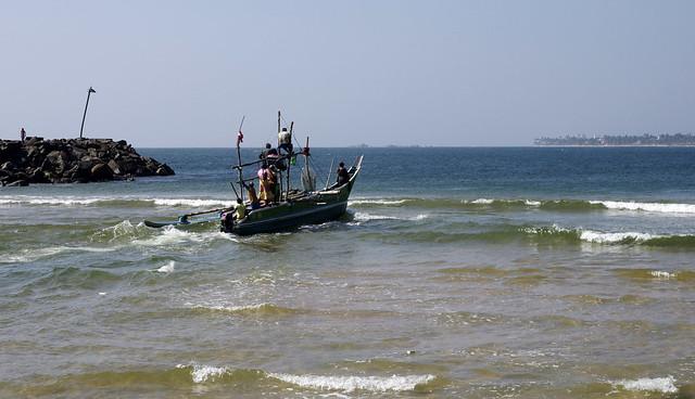 Fishing boat leaves Dodanduwa