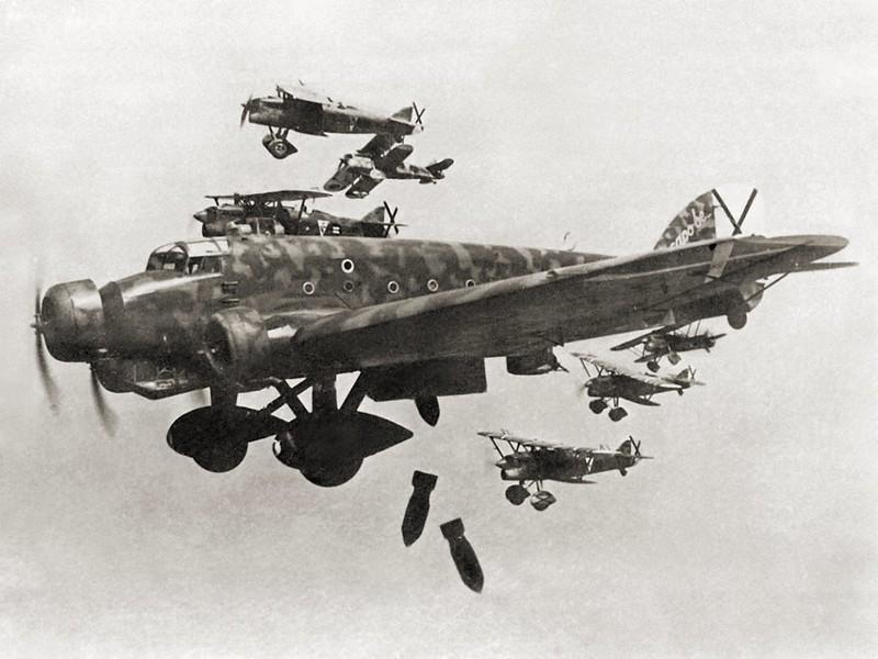 """Italienisch """"Savoia-Marchetti Sm.81"""" Bomber mit """"Fiat CR.32"""""""