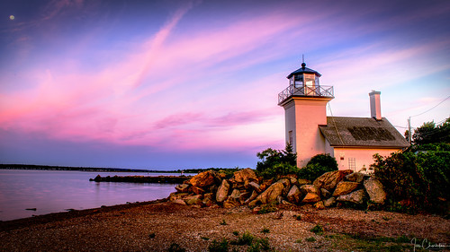 bristolferrylight bristolgerrylighthouse rhodeisland lighthouse architecture building newengland water beach rocks sky sunrise sunset dawn mounthope newport