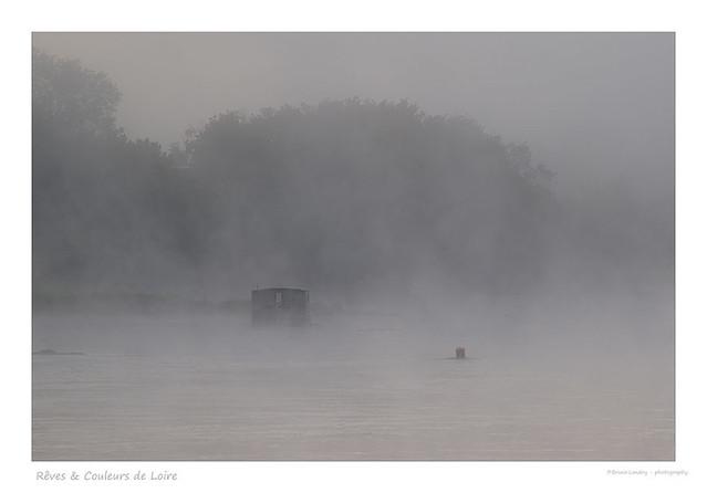 Toue cabanée prise dans le voile de brume de dame Loire