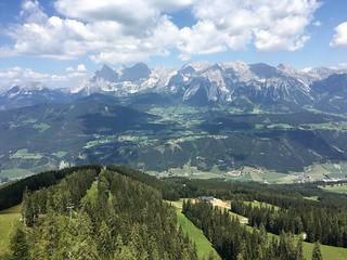 Eine beindruckende Aussicht auf Torstein, Mitterspitz, Hoher Dachstein, Dirndl, Hunerkogel...