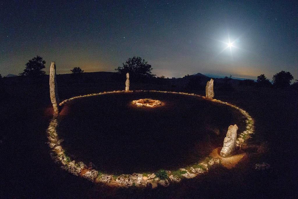Cromlech de Mendiluze pintado con linterna y luna en cuart…   Flickr