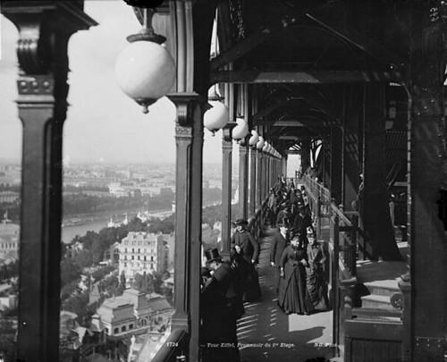 Hành lang dạo ngắm cảnh trên tầng một của Tháp Eiffel, Paris, khoảng năm 1900 | by manhhai