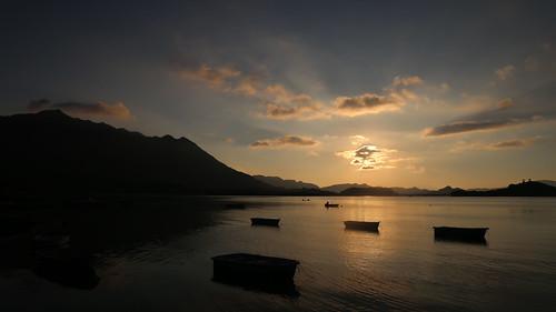row boat hongkong sunrise