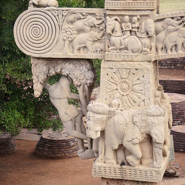 Le grand stūpa de Sanchi, Yakshi et éléphants sur la face arrière du Torana est (Inde)