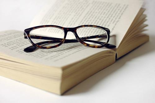 Lesezeit: Brille mit Buch | by wuestenigel