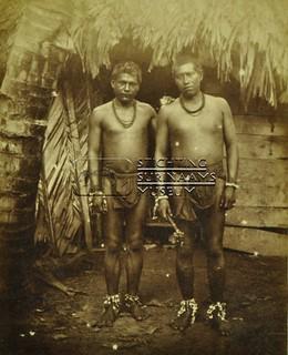 Portret van twee Indiaanse/Inheemse mannen | by Stichting Surinaams Museum