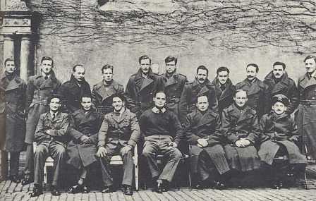 Douglas Bader junto a otros prisioneros en Colditz