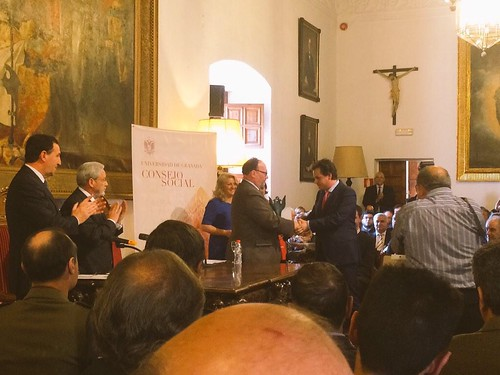 Entrega del premio a Esteban Romero por el rector Lodeiro