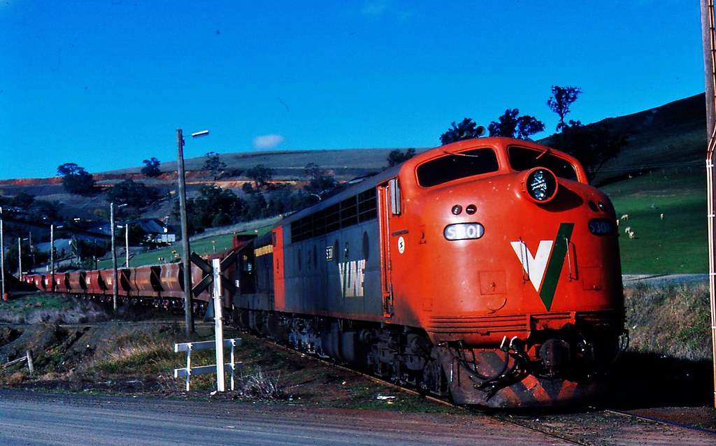 S301 and T346   up Apex departing Kilmore East by Rodney S300