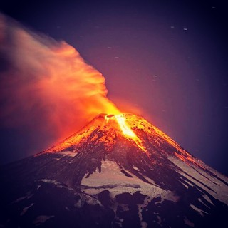 VOLCANO Erupting volcano Villarrica - Chile. Photo : Internet #hrubiales #volcano #vulcao #erupcao #eruption #instamazing #amazinggallery #likesalikes #followafollow #awesomenessgreat #amazing #look #instalike #instagood #instagrampic | by hrubiales