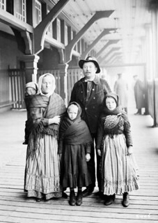 Slavic immigrants, Yanaluk family, 1911 / La famille Yanaluk, des immigrants slaves, en 1911
