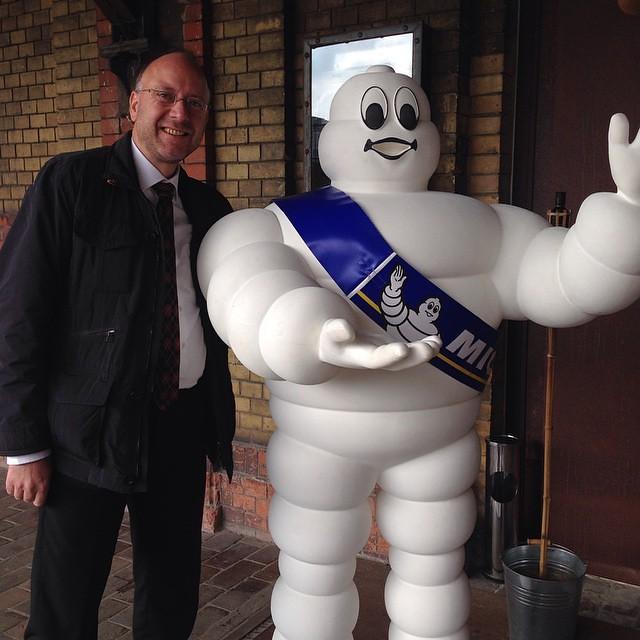 Der #Michelin verteilt heute die Sterne - und Le Gourmand ist mit dabei. Tim Raue 3 Sterne? Bobby Bräuer 2 Sterne?