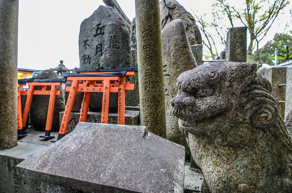 Fushimi Inari statue mini gates