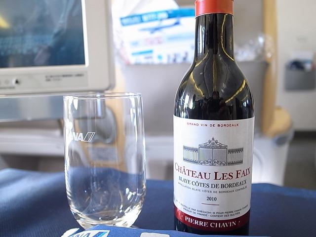 <p>a)香港行のビジネスクラス機内・・・赤ワインを頼んだら、小さなボトルが出てきた。これじゃぁないんだよね~と思う。</p>