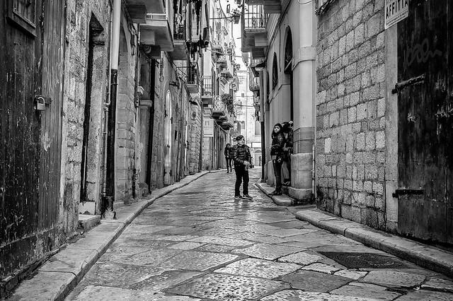 Trani - Puglia - Italia --- Life in the alleys