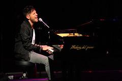En la imagen se puede ver a Pablo López junto a su piano en un momento de su concierto en el Ermua Antzokia el 26 de diciembre a las 22:15 horas.  Fotografia cedida por el fotógrafo local Óscar Blanco Gutiérrez