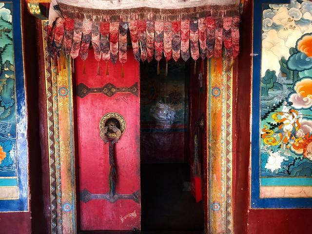 Puerta de un templo budista tibetano