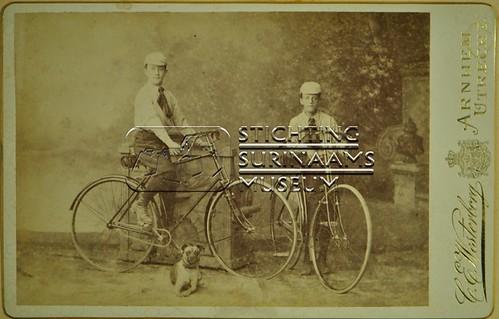Studio opname twee jongens met fiets | by Stichting Surinaams Museum