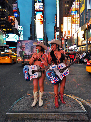 New York 2014 - Effy and Patty, the Naked Cowgirls, Hallow