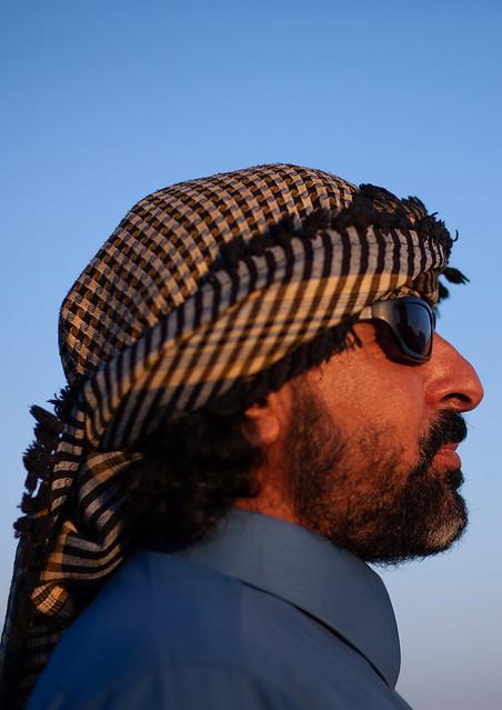 Side view of a bedouin in the desert, Al-Jawf Province, Sakaka, Saudi Arabia