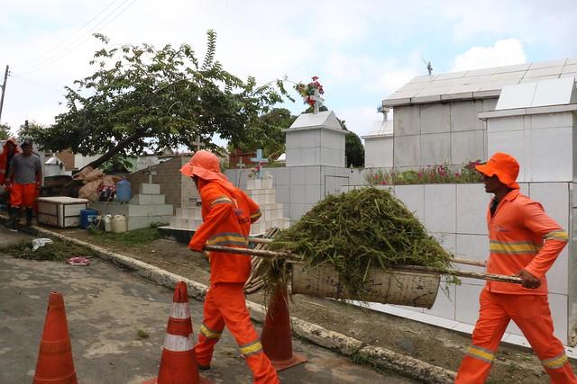 Mutirões de limpeza são reforçados pela prefeitura nos cemitérios para o Dia dos Pais