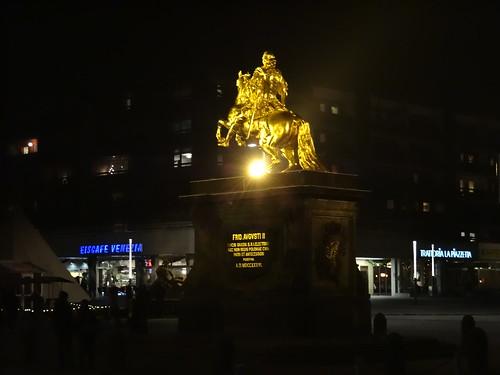Alle sehen den Goldenen Reiter leuchten, er starrt in das Dunkel an der Hauptstrasse in Dresden 0407