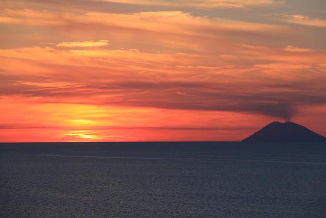 Tramonto con Stromboli visto dalla costa calabrese di Tropea