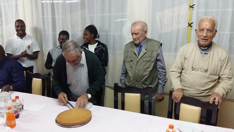 Tabaka, Fr. Albano al taglio della torta