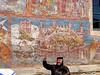 15 Nonne Tatjana erklärt die Bemalung des Moldovita-Klosters