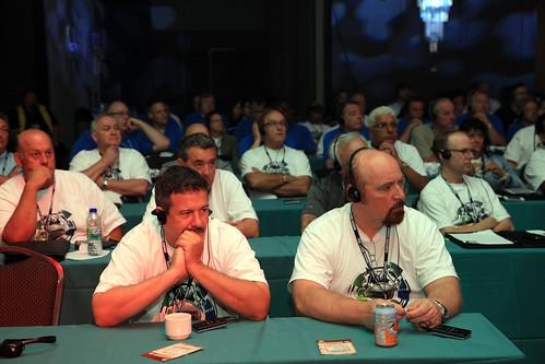 Audience with Headphones Listening at Conference / Public portant des écouteurs écoutant la conférence
