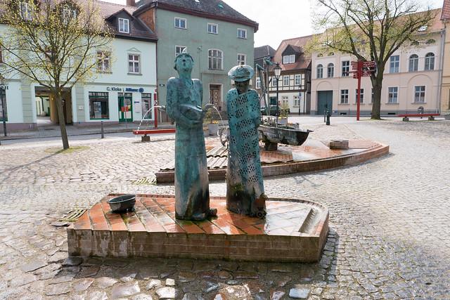 Angermünde: Marktbrunnen - Frau und Mann