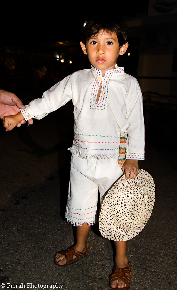 3d7467cf07 ... niño con el vestido tipico de Panama