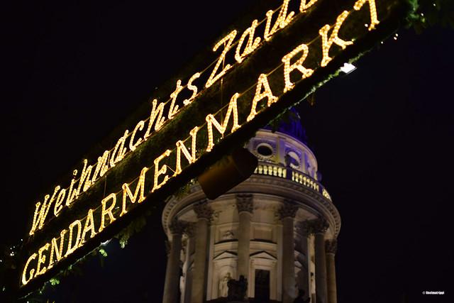 Gendarmenmarktin joulumarkkinoiden valokyltti