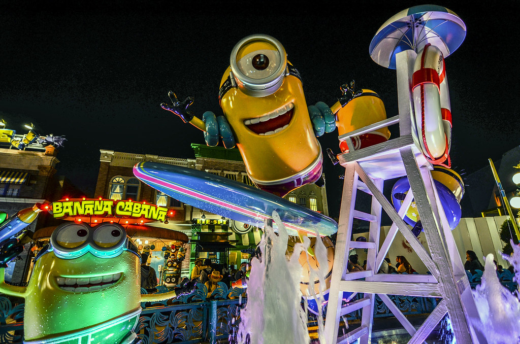 Minion fountain night USJ