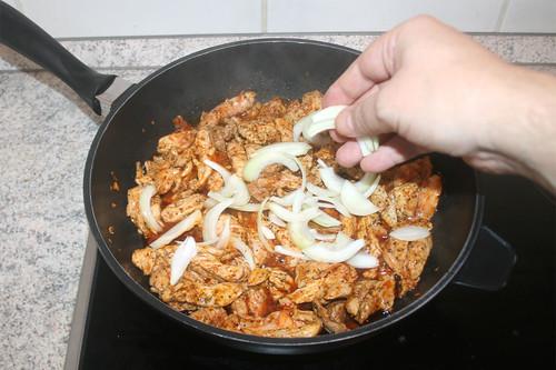 21 - Zwiebelspalten hinzufügen / Add onions to gyros