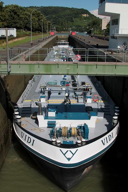 Tankmotorschiff TMS VIDI ( Baujahr 2009 - Tonnage 2918 t - Länge 110m - Breite 11.45m - ENI 02331965 - Rheinschiff Tanker Tankschiff Schiff ship bateau ) auf dem Rhein - Hochrhein bei Birsfelden im Kanton Basel Landschaft der Schweiz