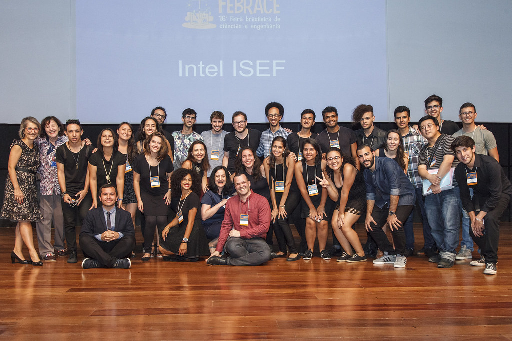 Foto da equipe FEBRACE reunida em um palco na premiação da edição de 2018