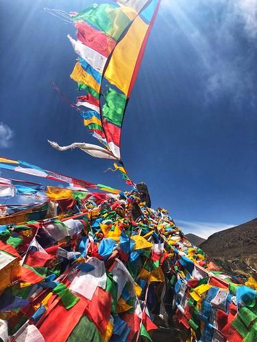 Banderas de oración del budismo tibetano (Viaje de autor a Bután)