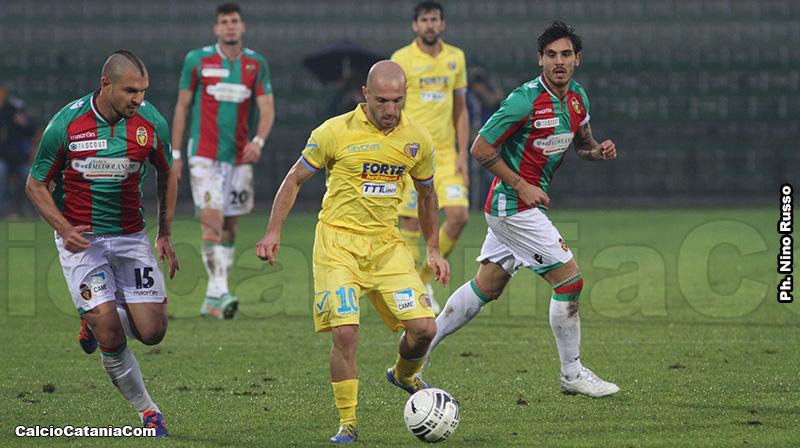 Valeri Bojinov, con la maglia della Ternana, prova a togliere il pallone a Rosina...