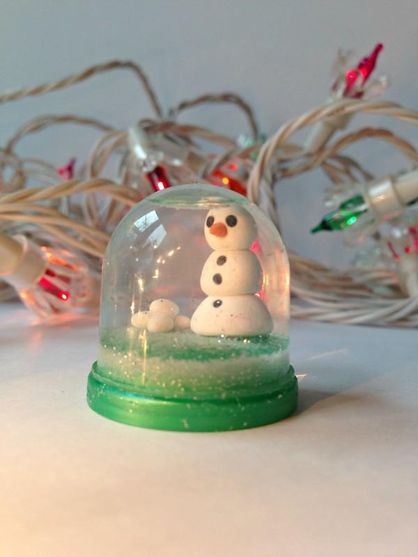 DIY: tiny capsule snow globe