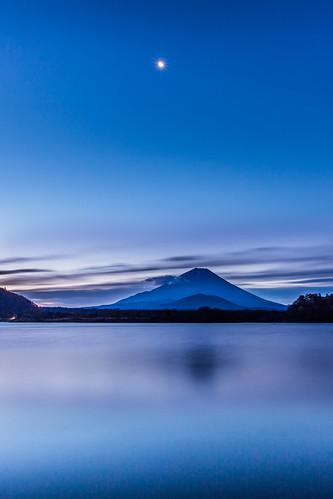 morning moon lake reflection japan sunrise canon glow 日本 富士山 mtfuji 日出 1635mm 倒影 朝日 山梨縣 世界遺產 精進湖 弦月 新月 山田屋 大室山 lakeshoji 5dmarkiii 子抱き富士