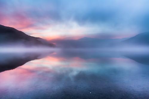 morning travel lake reflection japan fog sunrise landscape dawn 日本 日出 倒影 朝日 曙光 山梨縣 山梨県 精進湖 朝霧 lakeshoji foggyscene 焼け 山田屋ホテル前