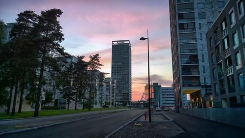 vuosaari aurinkolahti kahvikatu sunset pink sky helsinki finland summer evening cirrus