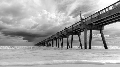 beach pensacola monochrome blackandwhite water ocean pier fishing storm clouds sky 10mm rokinon wideangle a6000 sony hermine landscape sand surf surfing dramatico tormenta huracán surfeando cielo nubes oceano playa golfo de méxico