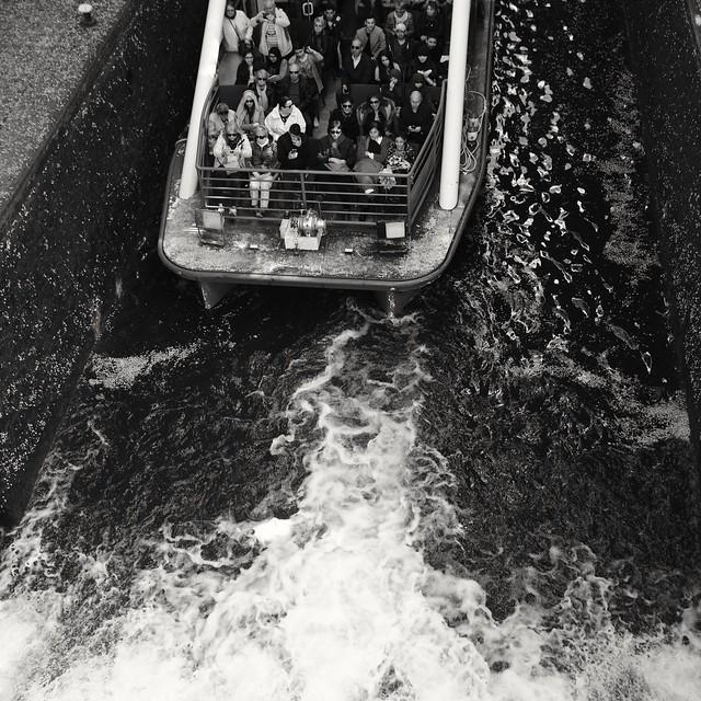 Touristes - canal Saint-Martin ( serie black texture )