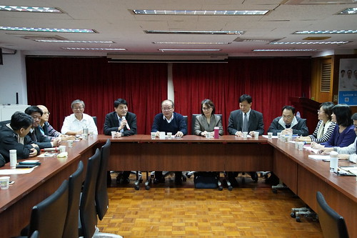 圖04.莊理事長與中油公司各主管進行年終業務研討會1061221